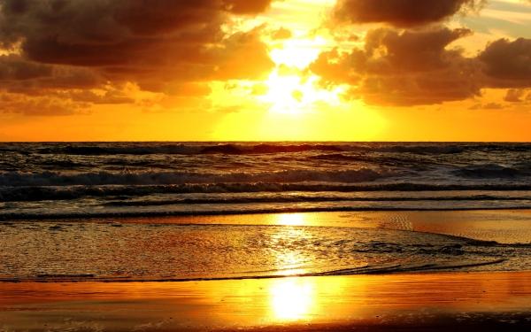 (Credit: 7-themes.com/6968639-sunset-beach-scenery.html)